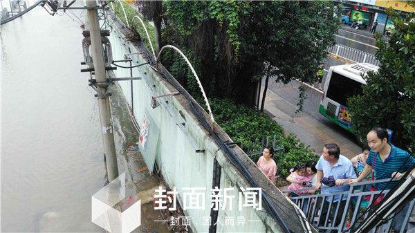防洪墙外的水位已超越了路面。 封面新闻 图