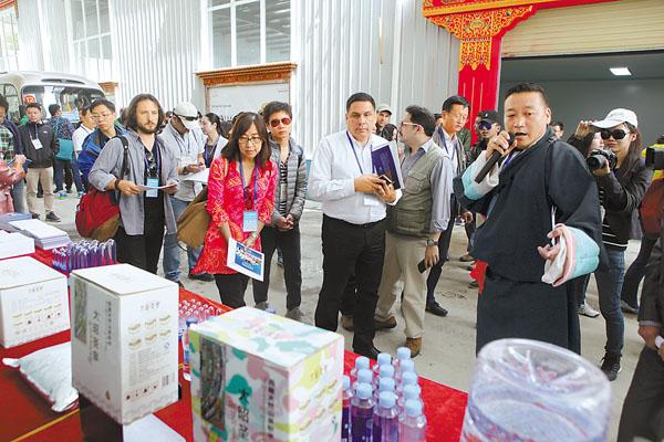 图为7月6日,与会专家学者在拉萨市蔡公堂乡智昭产业园参观。记者 次旺 唐斌 摄
