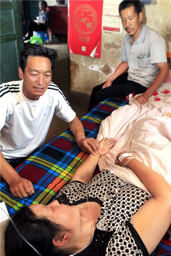 获救农妇正躺在床上输液