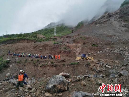 图为丽宁公路部分路段发生塌方,救援人员转移被困民众。 丽江市委宣传部官方微博 摄