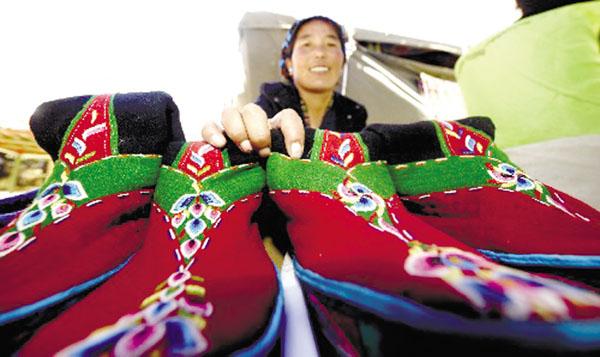 """目前,西藏传统商品,以及特色新型产品,通过藏货通天下平台,线上线下互通共进、特色品牌包装的方式将西藏特色产品推出去,包括萨迦寺八思巴藏香、措勤藏雪鸡、金紫绒,以及传统手工艺品等。在""""藏货通天下""""第三方购物平台中,云跨境服务体系使西藏的特色商品借助东南亚""""一带一路""""建设东风,将打开通向尼泊尔、印度和整个东南亚的市场,西藏特色商品不仅推向国内,而且可以推向国外。"""