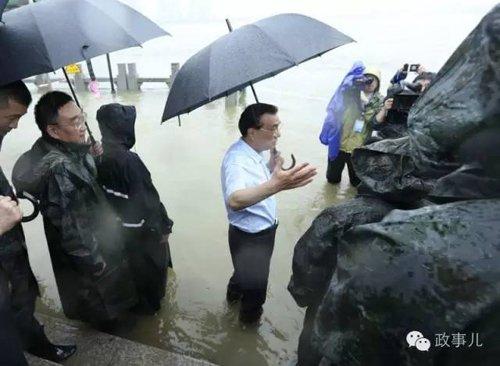 李克强冒雨在武汉长江干堤现场指挥抢险救灾