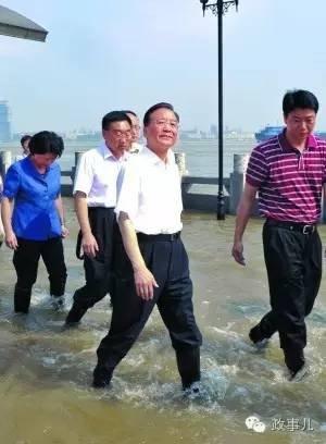 武汉汉口龙王庙险段,温家宝趟着江水查看汛情。