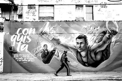 6月24日,里约热内卢街上的奥运会宣传画。2016年8月5日至21日,第31届夏季奥运会将在巴西的里约热内卢举行。