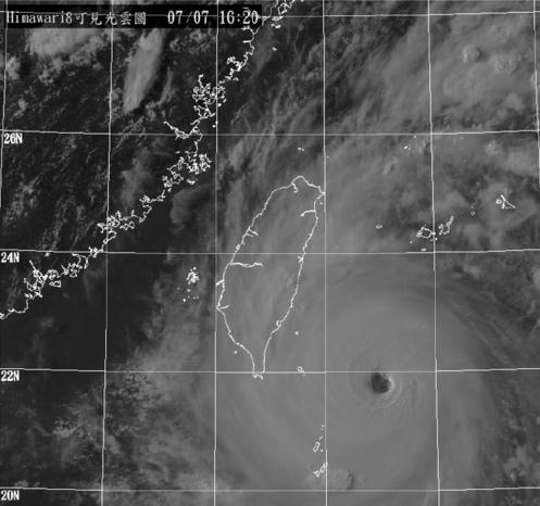 """而且,虽然""""尼伯特""""个头小,它却拥有一个细小而不失清晰的针孔风眼,这是顶级热带气旋的象征,去年东北太平洋""""风王""""patricia就是针孔风眼,西北太平洋""""风王""""泰培的风眼也非常细小。"""