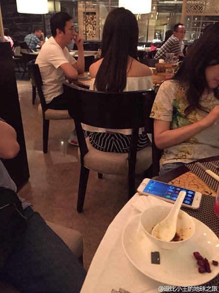 王思聪与女伴吃饭。
