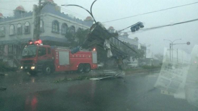 """超强台风""""尼伯特""""登陆台湾狼藉一片 20县市停班停课"""