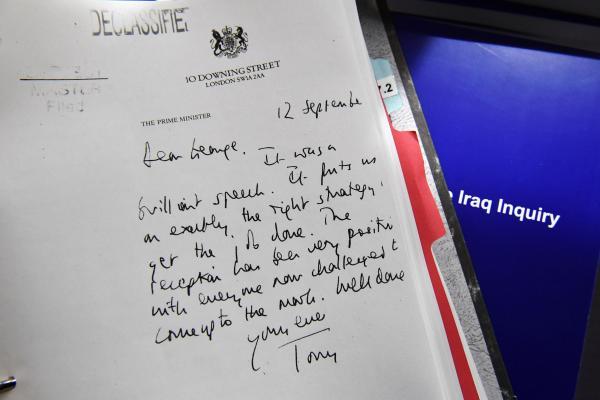 本地时刻7月6日,英国用时7年考察,颁布了《伊拉克和平查询报告》,图为其时两国指导人的通讯。