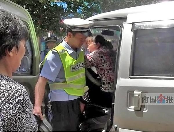 法律视频中女摊贩低下头猛咬交警的霎时。 北国今报 图