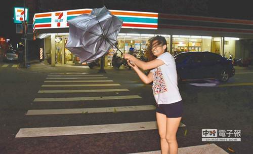 台东郊区7日晚间呈现间歇性强风骤雨,霎时强风令行人寸步难行。