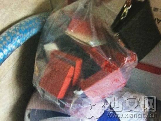 西安网讯 (西安广播电视台《西安直播间》记者 尚士华 编辑 辛源)最近,曲江华府小区的业主反映说,小区从过完年到现在先后共有28户业主家被盗,最近的一次失窃是王女士家,案发在6月27日晚上。