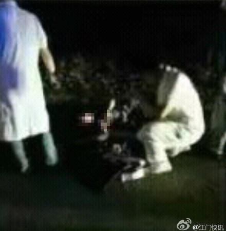 7月6日晚,一名男子从广东省江门市圭峰山坠亡。 微博@江门快讯 图