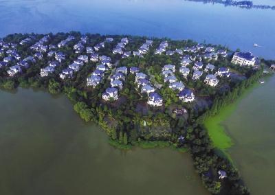 武汉遭受暴雨,汤逊湖水猛涨,长岛别墅区被洪水围困,与外界唯一连通的