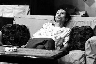 """最近,葛优啥也没干就突然成了网红,他在《我爱我家》中饰演的二混子纪春生被制作成各种表情包在网络流传,其中最有名的一张半躺在沙发上的照片更创作成了有名的""""葛优躺""""。但医生却善意地提醒大家注意,""""葛优躺""""很伤身。"""