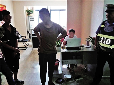 三个男孩与中介公司发生了一些误解,民警停止调处。 本报记者 甘侠义 摄