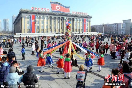 资料图:朝鲜平壤,孩子们在金日成广场玩耍庆祝农历新年。CFP视觉中国