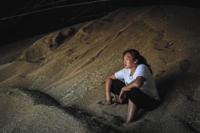 7月2日,河南濮阳市清丰县阳邵乡,坐在自家的麦堆上,粮食经纪人徐振营的妻子王伟娜满脸愁容。因为半个月前的一场雨,赶上小麦收割,导致粮食因未熟粒、赤霉病粒、萌动、生芽粒等不完善粒超标,无法达到国家收购的入库标准。夫妇二人收购的一千万斤麦子,卖不出去。