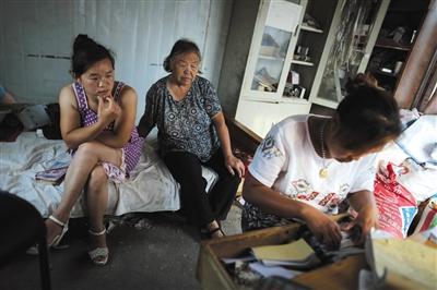 7月1日,村里的大娘来找王伟娜要粮食钱,说是家里急用,但开的白条弄丢了,王伟娜着急地翻存根。