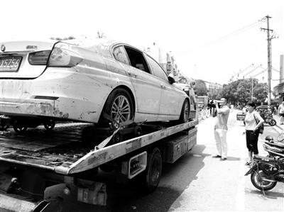 营救车将受损车辆运走。
