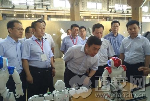 """西安网讯 : 西安广播电视台 西安新闻记者吴扬7月8日,西安市市长上官吉庆进行""""双创""""工作调研;指尖新空间应邀为市长展示。"""