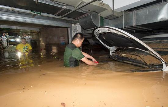 2016年7月2日,湖北省武汉市,泊车场内被淹的汽车