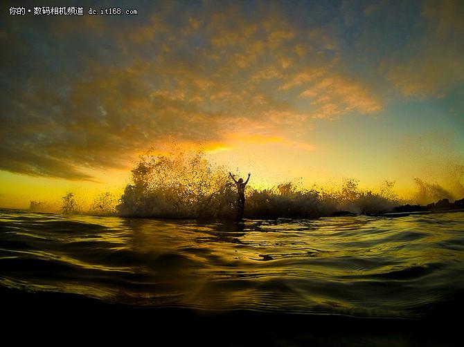 偏偏,这位来自夏威夷最大岛Kona的美国女摄影师Sarah Lee,凭着她对海洋世界和摄影的热情,克服了种种困难,为冲浪者拍下最有型最动感的一刻。Sarah从小就热爱水上运动,同时爱好游泳和水球运动,她自15岁获得第一台相机之后,就疯狂爱上水下摄影。