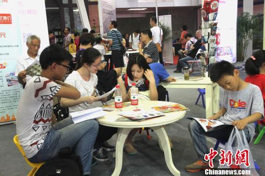图为江苏书展数万民众畅享阅读。 崔佳明 摄