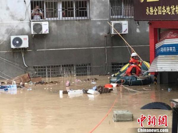 图为重灾区福州市闽清县县城救援现场。福建消防摄