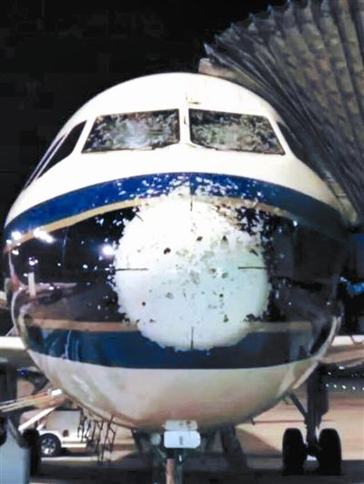 重庆到光雹llz!�jnk�_航班遭雹击 被砸成\
