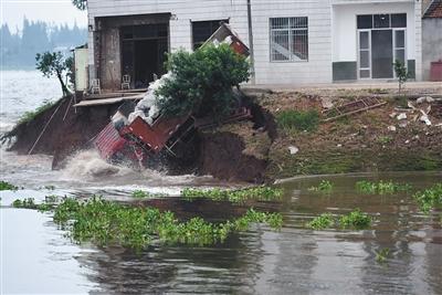 卡车随即冲入溃口。新华社记者 李尕 摄
