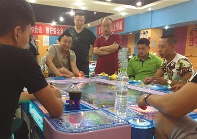 6月28日,回龙观西大街一电玩城,捕鱼机前坐满玩家,玩家每场输赢至少数千元。