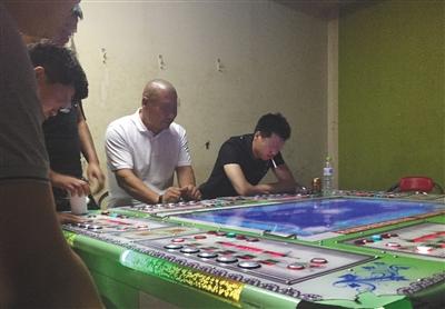 回龙观西大街一电玩城暗室内,几名玩家坐在赌博机前押分,这里的输赢远高于捕鱼机。