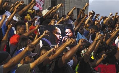 7月9日,美国路易斯安那州首府巴吞鲁日,当地民众游行示威,抗议警察枪杀非裔男子斯特林。 图/视觉中国