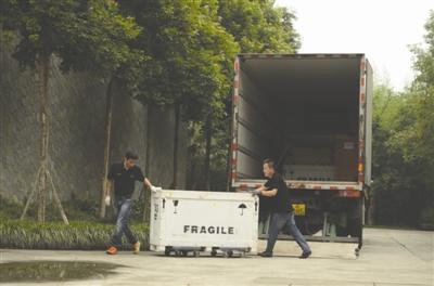 押运员将文物从车上卸下运往三星堆文物仓库