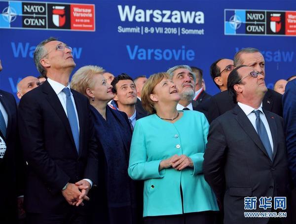 7月8日,在波兰首都华沙,北约秘书长斯托尔滕贝格(前左)、德国总理默克尔(前中)和法国总统奥朗德(前右)观看飞行表演。北约峰会8日下午在波兰首都华沙开幕。为期两天的会议将主要围绕北约在中东欧的军力部署、与伙伴国的安全合作、与欧盟的合作三大议题展开。新华社记者石中玉摄