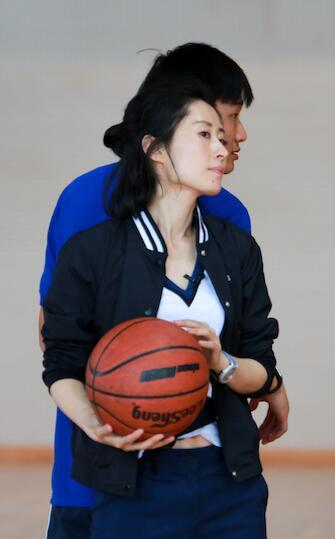 刘敏涛节目中打篮球