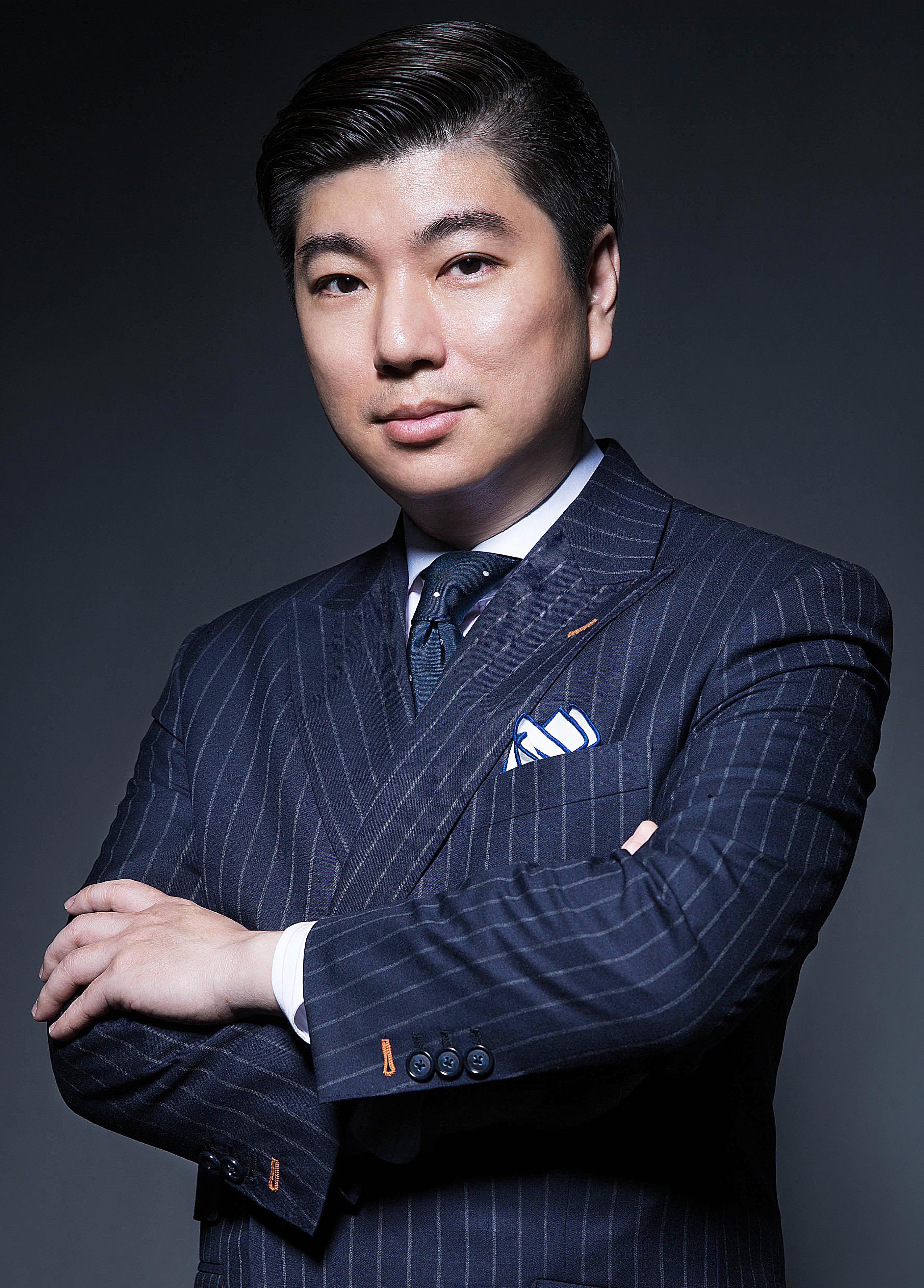 """林弘德先生自2004年开始为集团公司 (iTutorGroup)效力,负责vipabc青少年英语的产品开发和市场拓展。他是""""领英""""的影响者,最近更被中国CBN(第一财经)选为中国优秀管理者。此次接受《胡润杂志》专访,分享vipabc青少年作为在线教育领导品牌的特别之处。"""