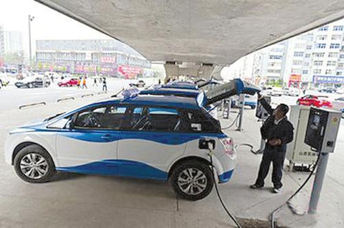 太原纯电动出租车充电桩布局日趋完善,为的哥的姐们提供了方便。 本报通讯员摄