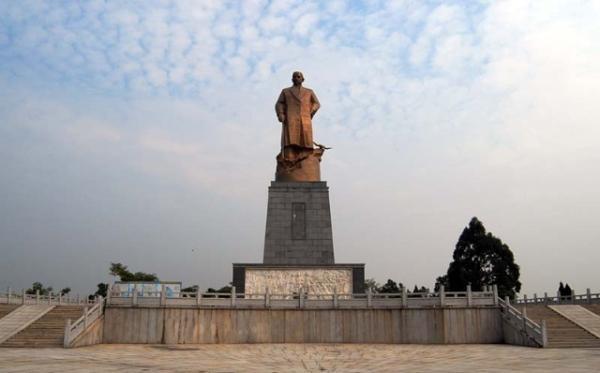 广西钦州港的孙中山铜像。