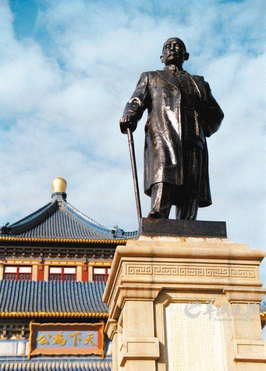 广州中山留念堂前的孙中山老师铜像。
