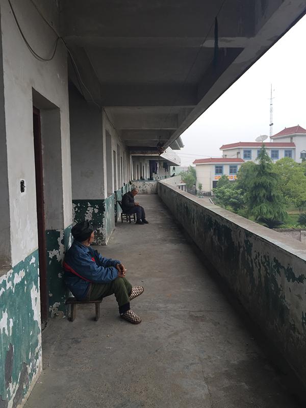 澧南镇敬老院平时住着三四十人,大都是农村孤寡老人,没有专业护工和医务人员。