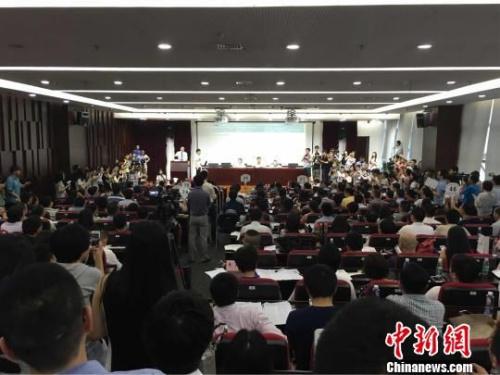 7月8日,在火爆的南京土地拍卖现场,开发商们汗流浃背,展开夺地大战。 朱晓颖 摄