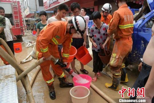 福州消防官兵为闽清县运送生活用水800吨。黄绿荣 摄