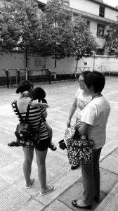 """""""6月26日下午19时许,汉中市未成年人保护中心接收到一名由汉中路派出所送来的4岁小男孩……""""7月7日,这样一条寻亲信息瞬间在汉中传开。未成年保护中心通过微信、微博公众平台发布此寻亲公告后,孩子的妈妈于7月8日将小孩接走。警方称,这名小孩三个月内已三次被人""""送""""到派出所。"""