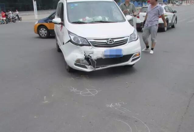 渭南两车为抢最后一秒绿灯 两车相撞致一人伤 组图