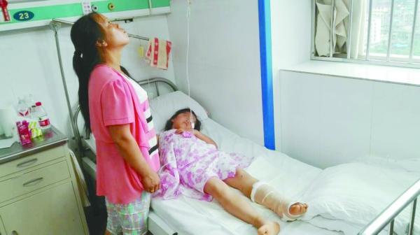 7月9日,贵阳百花湖乡一名8岁女孩进自家菜园采摘黄瓜解渴,被一条毒蛇连咬三口,最后一口咬住不松口,女孩猛力摇摆跺脚才摆脱蛇口。最终,医生在女孩被咬的左脚上连开10条口子放血,才将女孩左脚保住。