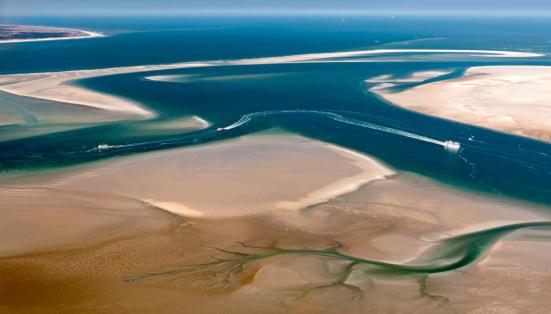 在荷兰北海的泥地里穿行,或是在去浅滩踩泥,被称之为Wadlopen(Wadlopen,特指从荷兰北部大陆徒步穿越到隔海相望的荷兰北部诸岛,是早年荷兰人探索出的一种对抗恶劣自然环境的生存方式。后来,演变成一项当地的民俗活动。