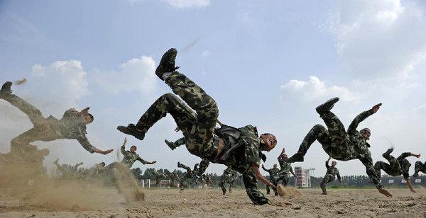资料图:解放军训练.-军报谈实战化训练 真正的练兵场在敌人面前