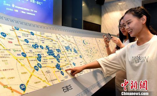 图为青年创业者在双创地图上查询相关地址。 张丽 摄