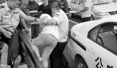 民警将男子从桥上救下 新文明记者 李洋 摄